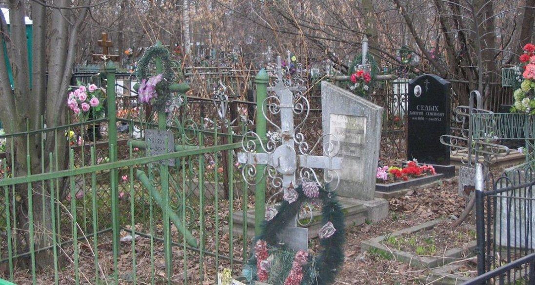 Чому на кладовищі не можна дивитися на чужі могили