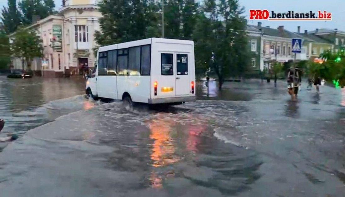 Бердянськ накрило потужним дощем: двоє людей загинули через обрив електропроводів на підтопленій ділянці