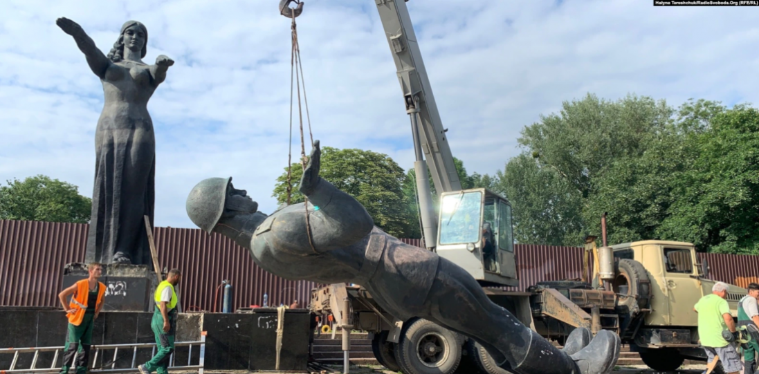 У Львові демонтували радянський монумент слави