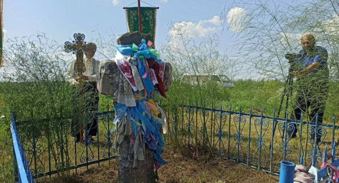 У селі на Волині серед поля стоїть чудотворний кам'яний хрест