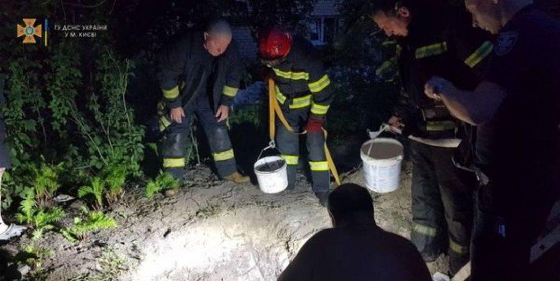 У Києві чоловіка поховало живцем: копав криницю у власному дворі