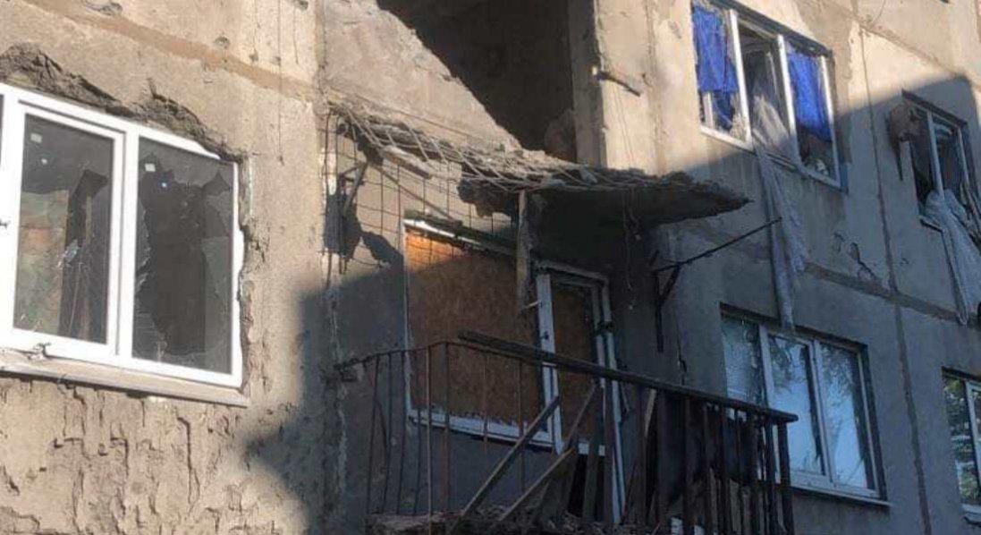 На Донеччині бойовики обстріляли багатоповерхівку: є поранений