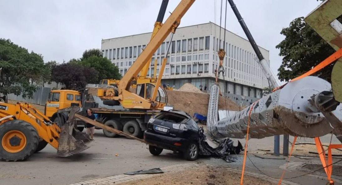 У Херсоні на Lexus впав 70-метровий флагшток: його встановили до Дня Незалежності
