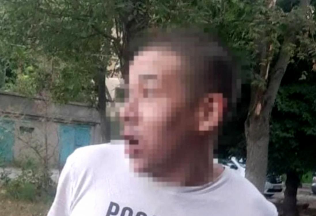 Заснув під час пограбування: мешканка Одеси знайшла на своєму дивані «гостя»