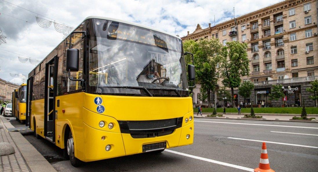 У Києві в маршрутки на ходу вирвало колесо, яке розбило скло кіоску
