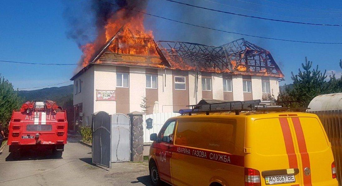 На Закарпатті горить готель: врятували людину