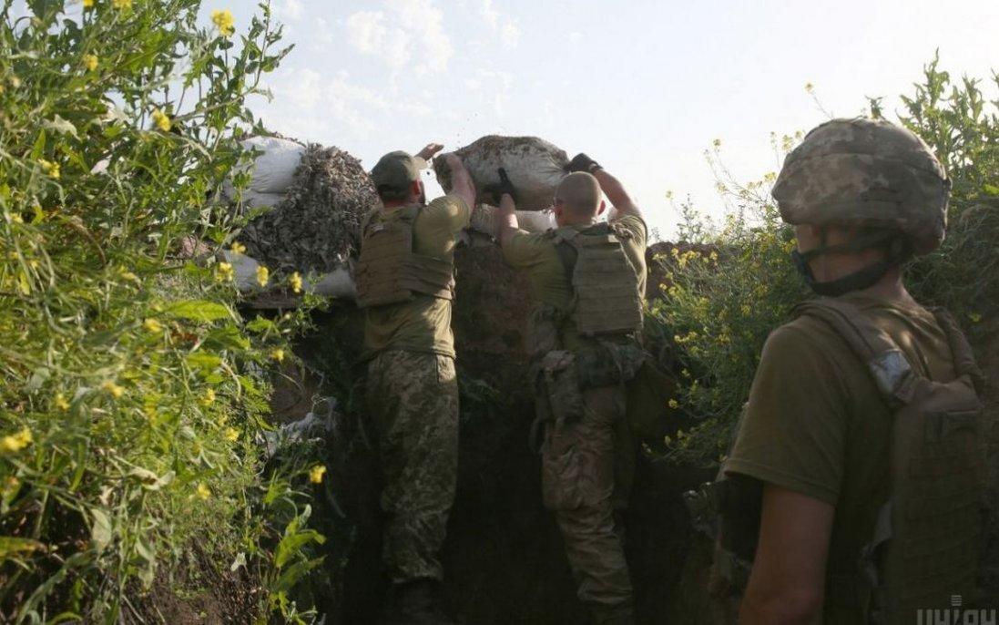 Ситуація на Донбасі: поранений  боєць і важка техніка біля лінії розмежування
