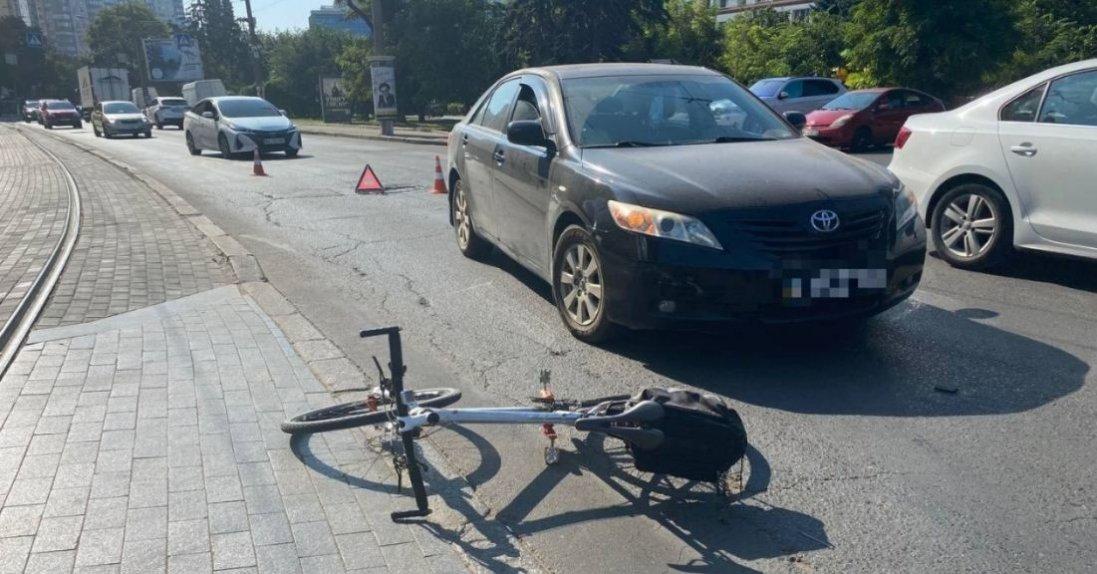 У центрі Луцька Nissan збив велосипедиста