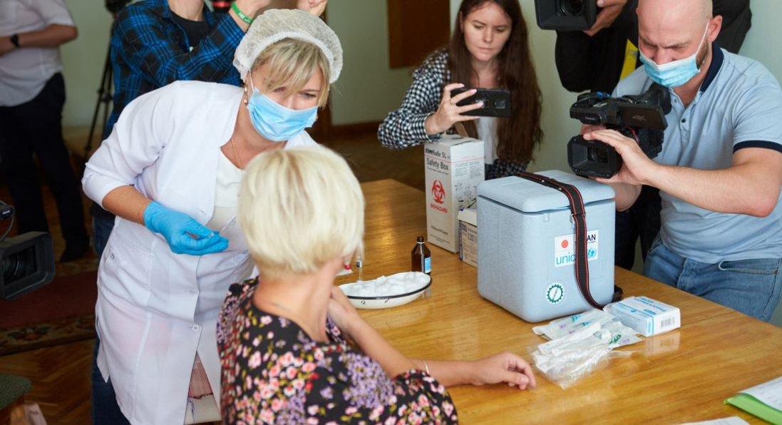У Франківську депутатів міськради на сесії вакцинували від COVID-19