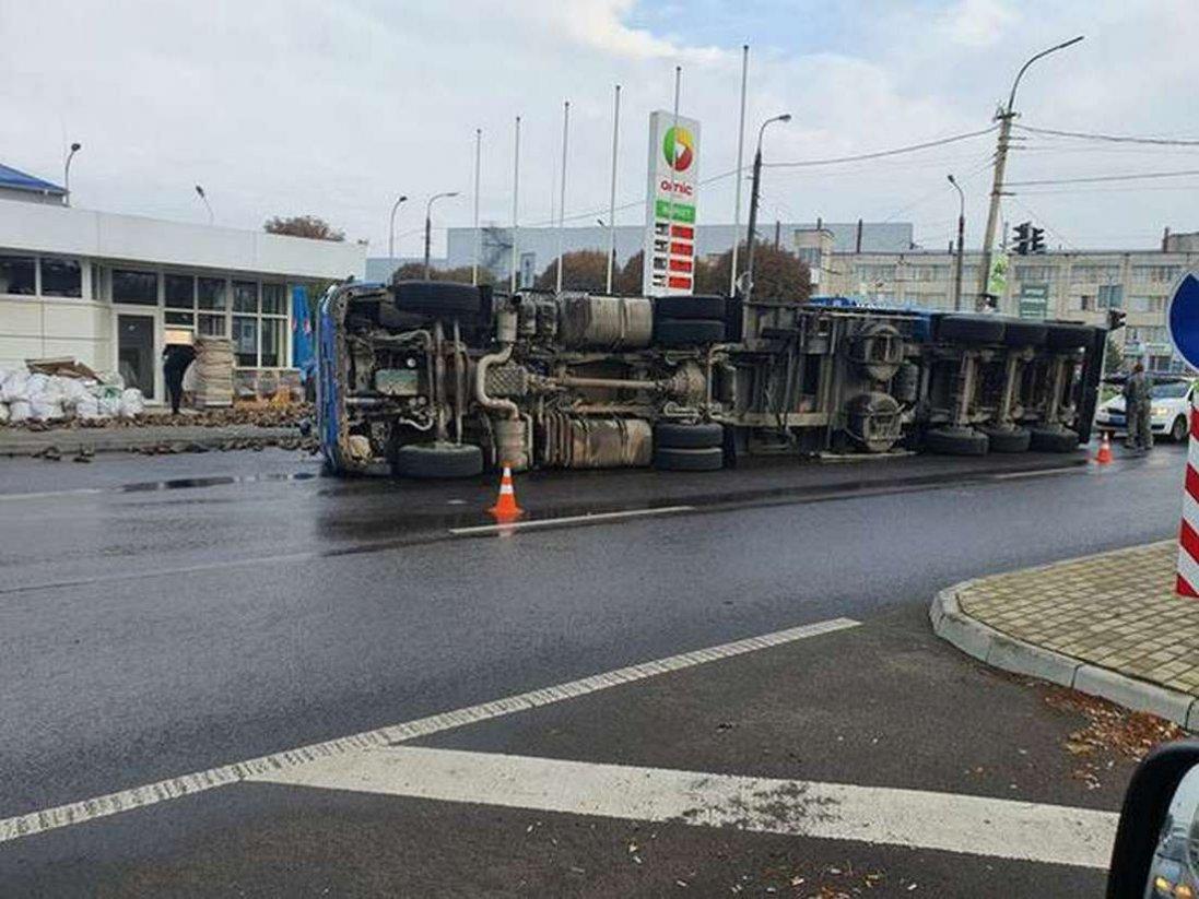 На Дубнівському перехресті в Луцьку перекинулася вантажівка з буряками