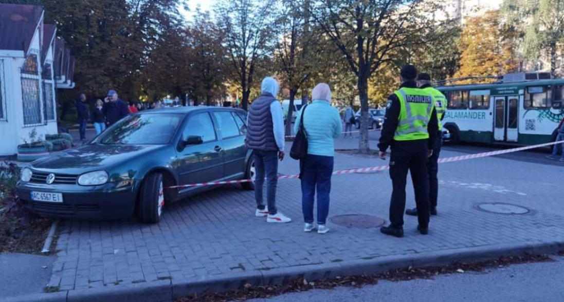 У Луцьку авто «вилетіло» на зупинку: є постраждалий
