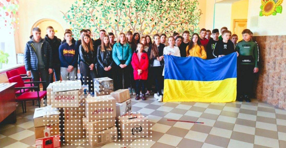 Школярі Лищенського ліцею передали на схід гостинці для військових